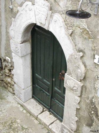 Portone in cornice: il portale scolpito